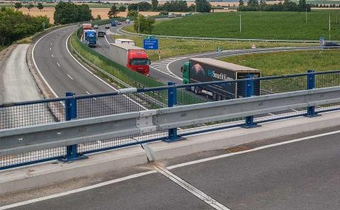 Svodidlo ZMS4-1/H2 na mostě přes D46