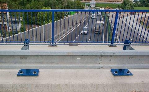Svodidlo MS4-1/H2 na mostě přes D46