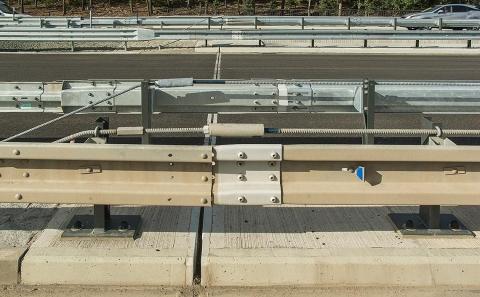 Dilatační prvky svodidel MS4-1/H2 na dálničním i silničním mostě