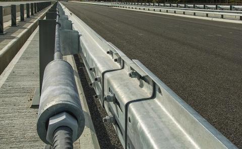 Detail dilatačního prvku výztužné tyče svodidla MS4-1/H2