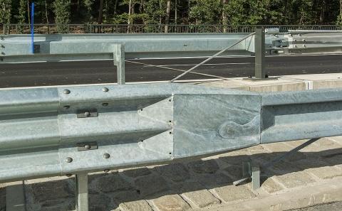 Detail navázání svodidel různých výrobců na okraji D6