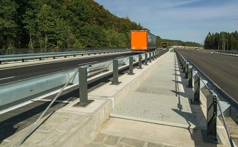 Výškově oddělená silnice II/606 se svodidly MS4-1/H2