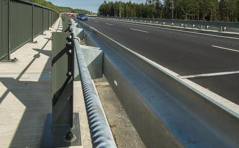 Svodidlo MS4-1/H2 na okraji mostu č.606-020 nové silnice II/606