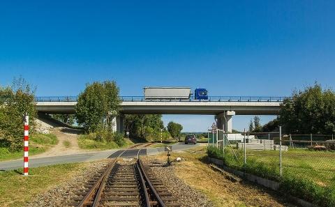 Most č.38-049 přes komunikaci a trať na vojenské letiště Čáslav