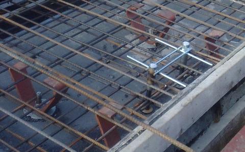 Kotevní přípravek OMO dvoubodový před betonáží mostní římsy.