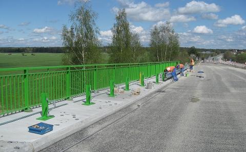 Montáž svodidla MS4/H2 na mostě silnice E49