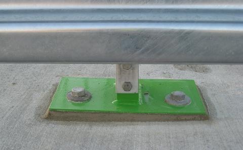 Detail podinjektování patky sloupku svodidla