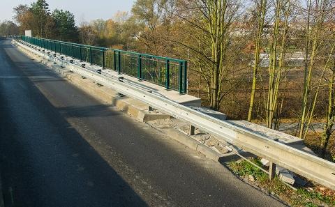 Svodidla na mostě přes železniční trať