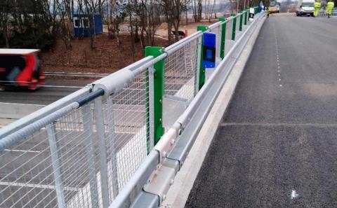 Svodidlo ZMS4-1/H2 se zábradelní výplní tahokov na mostě D1-083