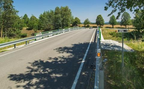 Svodidlo ZMS4-1/H2 se zábradelní výplní tahokov na mostě ev.č.12936
