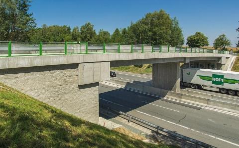 Most ev.č. 12396 přes D1 se svodidlem ZMS4-1/H2