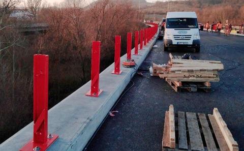 Osazené sloupky svodidla ZMS4-1/H2 na mostě ev.č. 63-006 u Řehlovic