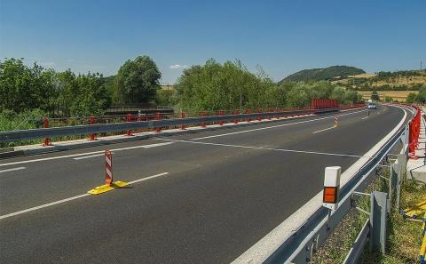 Opravená polovina mostu se svodidly ZMS4-1/H2 na konci července 2019