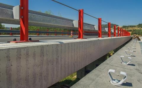 Svodidla ZMS4-1/H2 a kotvy mostních říms OMO před betonáží římsy