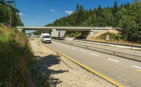 Most na silnici II/131 přes rekonstruovaný úsek D1
