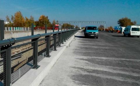 Svodidlo ZMS4/H2 se zábradelní výplní na dálnici D11 v Horních Počernicích