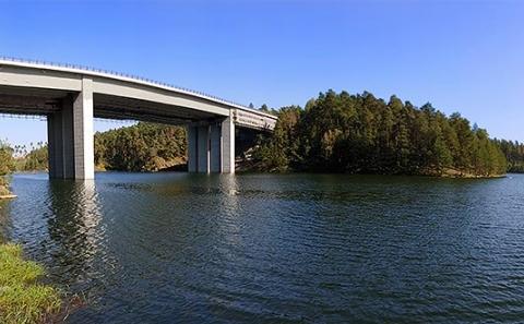 Most D1-063 přes záliv vodní nádrže Švihov