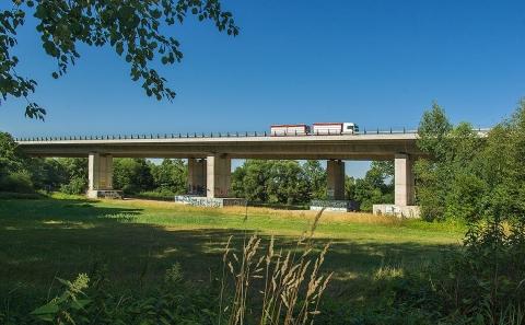 Most D10-037 překlenující údolí u obce Březina