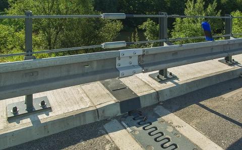 Dilatační část mostu D10-037 a svodidel ZMS4/H3