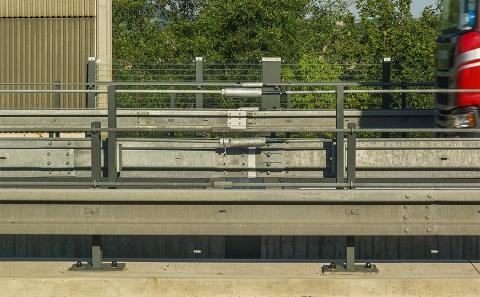 Dilatační část svodidel ZMS4/H3 ve SDP mostu D10-037