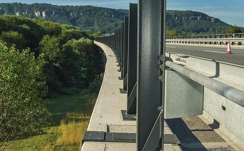 Svodidlo ZMS4/H3 na okraji mostu