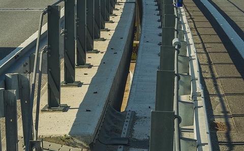 Svodidla ZMS4/H3 ve středním dělícím pásu mostů D10-037