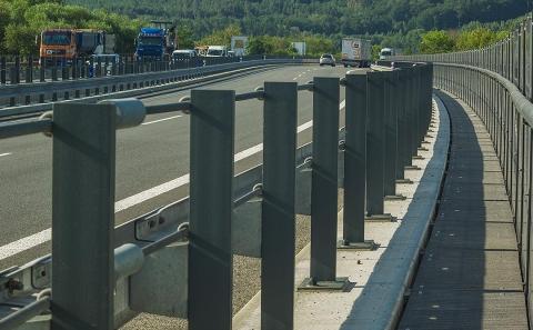 Svodidla ZMS4/H3 na okraji mostu D10-037 před PHS
